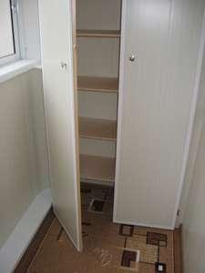 Шкаф из панелей на балконе..