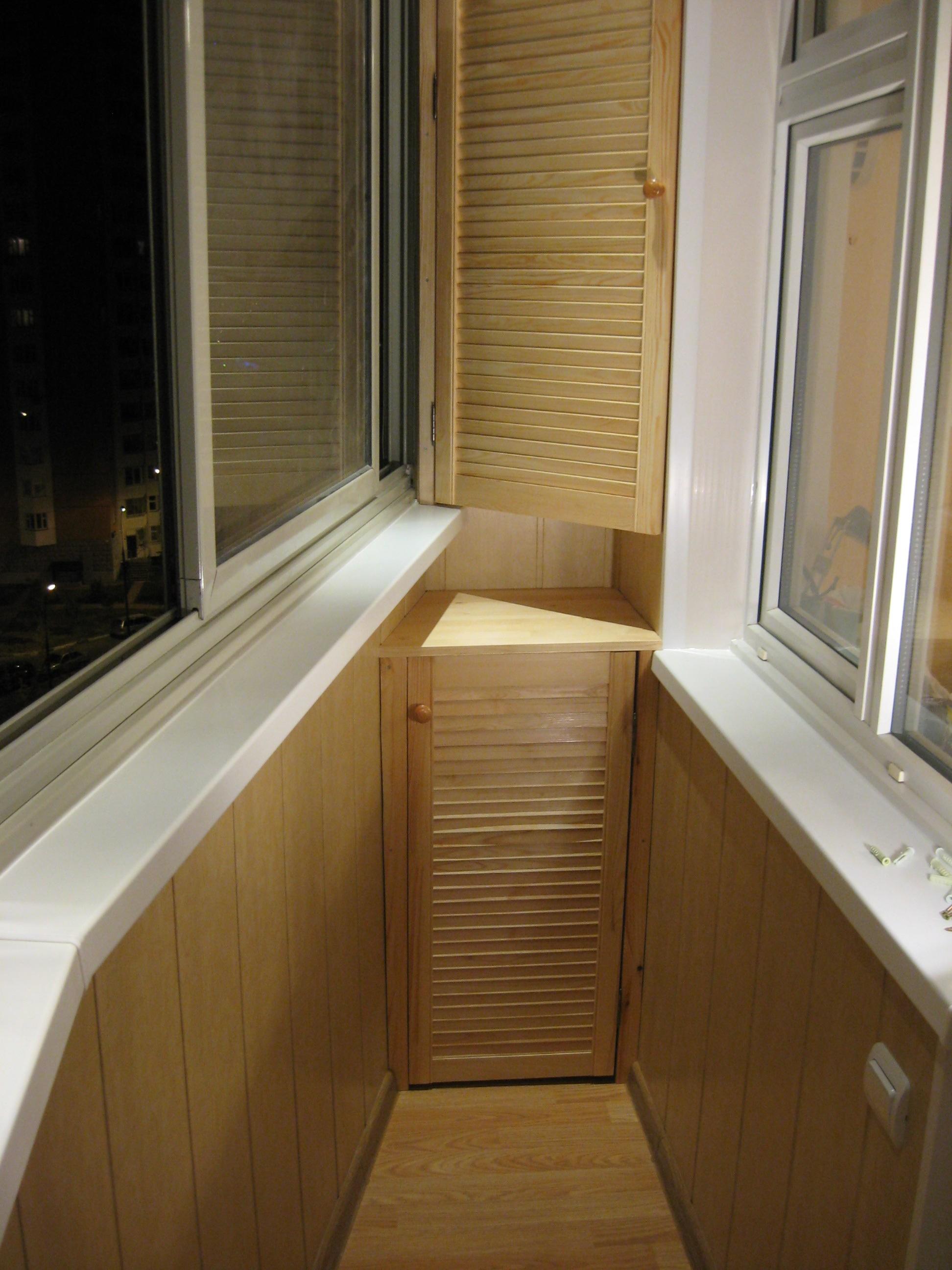 Шкафы, тумбы, стелажи на балконе лоджии.